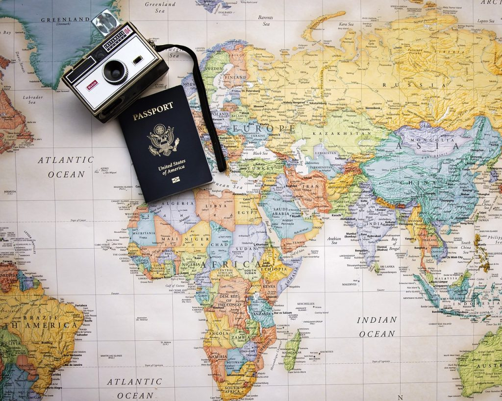 מםת העולם עם דרכון ומצלמה